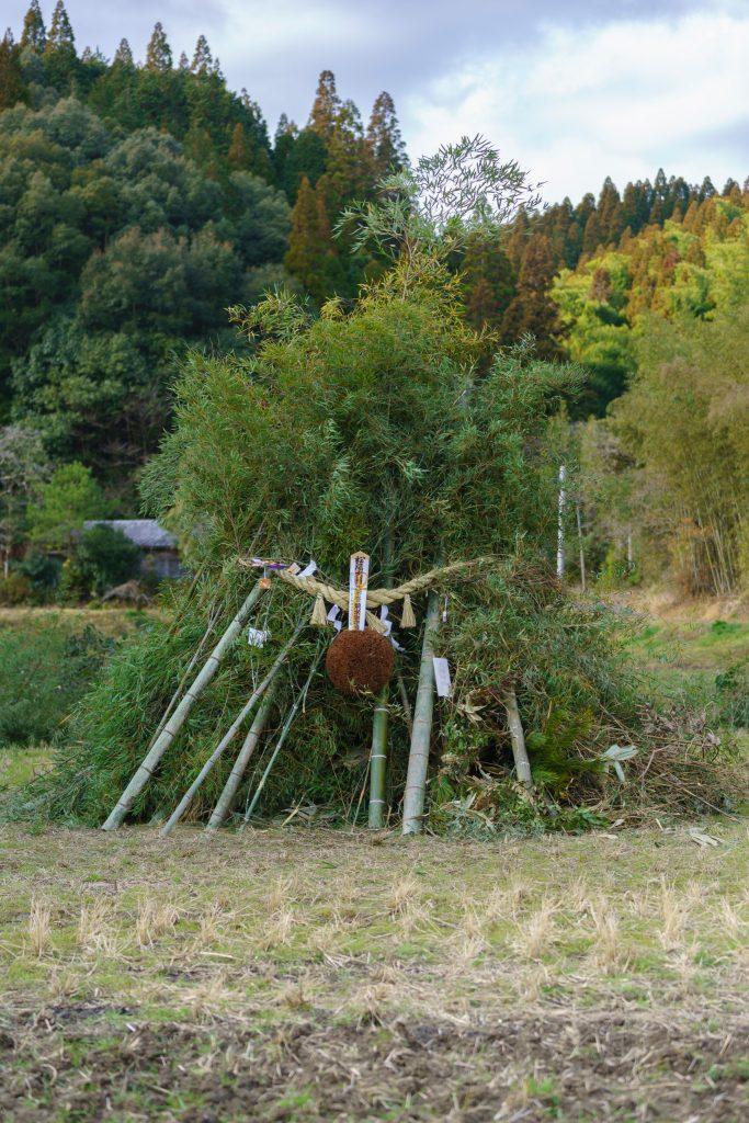 蔵の杉玉、正月の松飾り