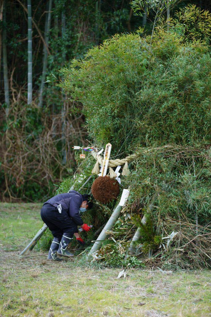 蔵の杉玉、正月の松飾りや、旧年のお札など