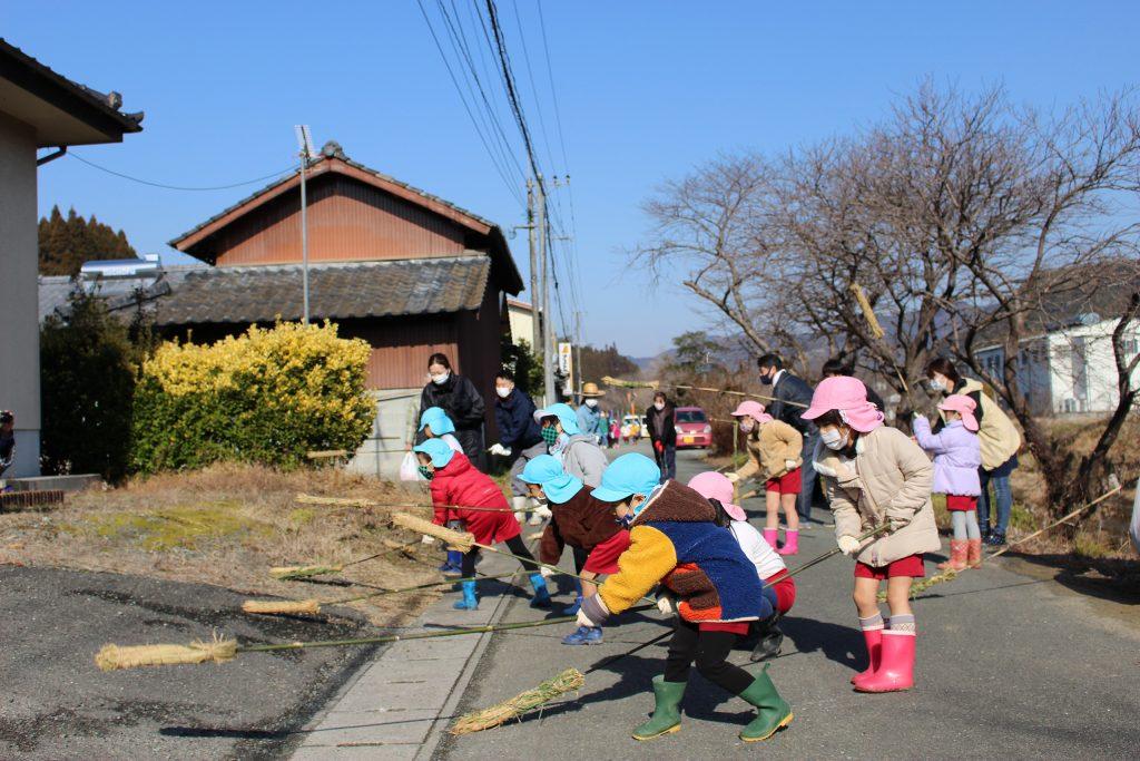 町内を回る子供たち