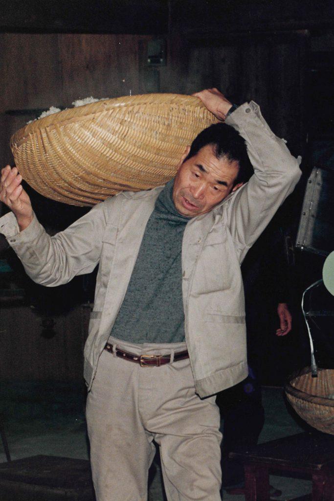 仕込米を運ぶ人