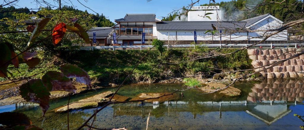 酒蔵の横を流れる和仁川